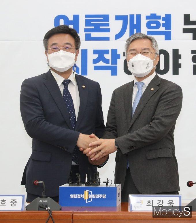 [머니S포토] 손 잡은 윤호중·최강욱