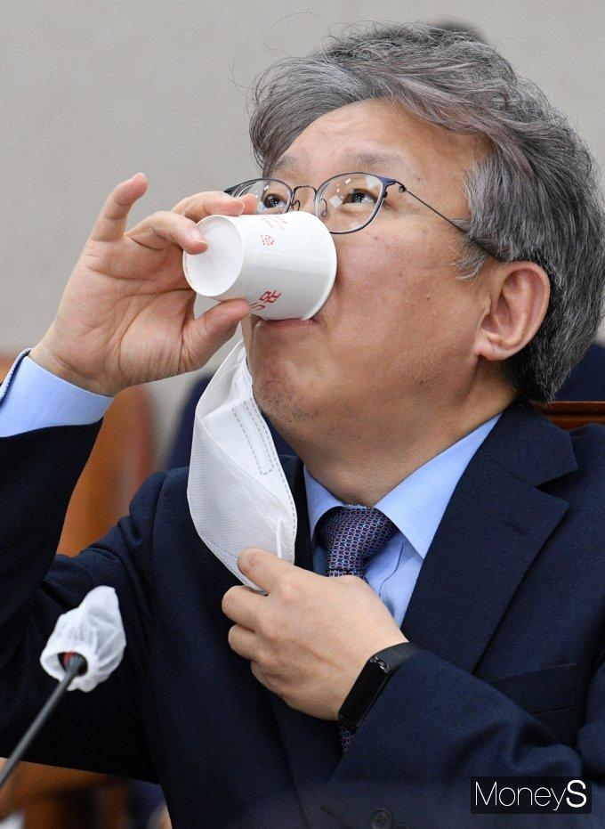 [머니S포토] 국회 산자중기위, 목 축이는 '권칠승'