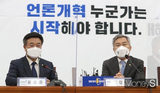 [머니S포토] 최강욱 대표 예방한 윤호중 비대위원장