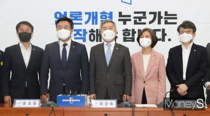 [머니S포토] 열린민주당 예방한 윤호중 비상대책위원장