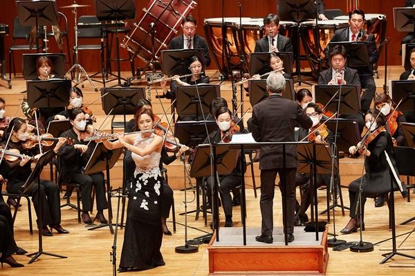 금난새의 지휘, 플룻 최나경의 협연으로 성남시립교향악단의 개막공연이 진행되고 있다. /사진=한화