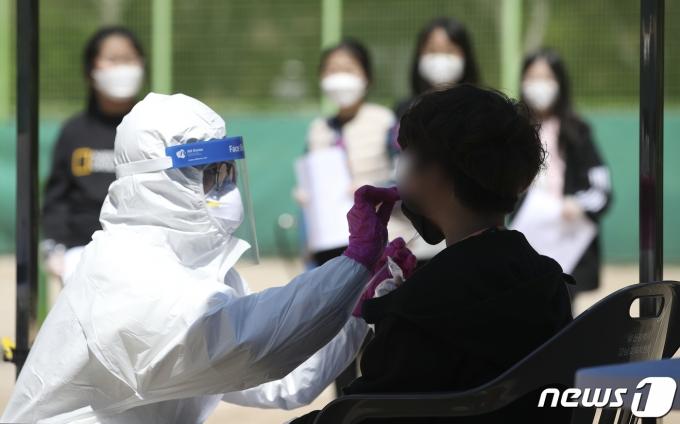 울산 남구 한 초등학교 근처 테니스장에 마련된 코로나19 임시 선별진료소의 모습. /사진=뉴스1
