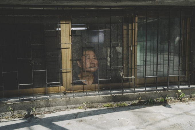 반지하에서 창밖을 바라보는 기택(송강호 분)의 모습. /사진= CJ 엔터테인먼트 제공