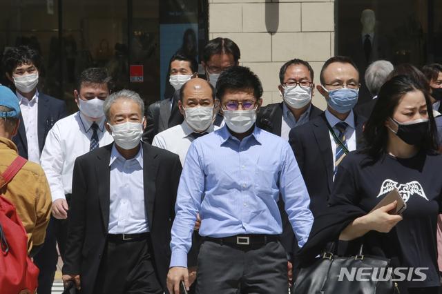 지난 20일 일본 도쿄에서 코로나19 감염 예방을 위해 마스크를 착용한 시민들이 길을 건너고 있다. /사진=뉴시스(도쿄=AP)