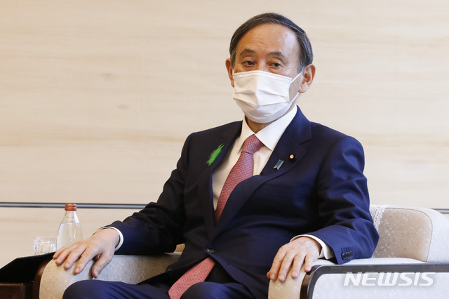 스가 요시히데 일본 총리가 지난 19일 도쿄 총리 관저에서 알록 샬마 유엔기후변화협약 당사국 총회(COP26) 의장을 만나고 있다. /사진=뉴시스(도쿄=AP)