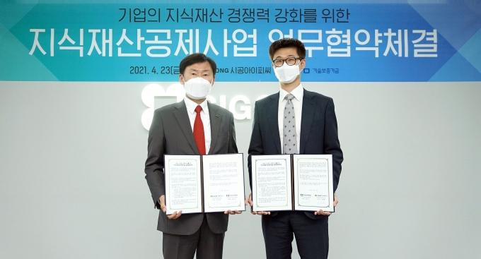 (왼쪽부터) 이종배 기보 이사와 강일신 (주)시공아이피씨 대표이사가 협약식 후 기념 촬영을 하고 있다. /사진=기술보증기금