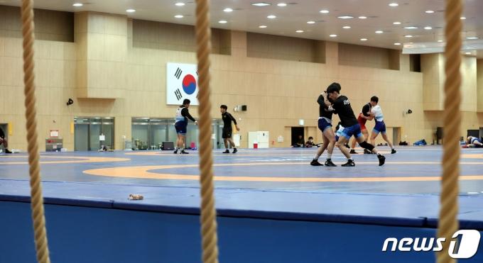 레슬링 대표팀의 코로나19 확진자자는 총 11명으로 늘었다. © News1 김용빈 기자