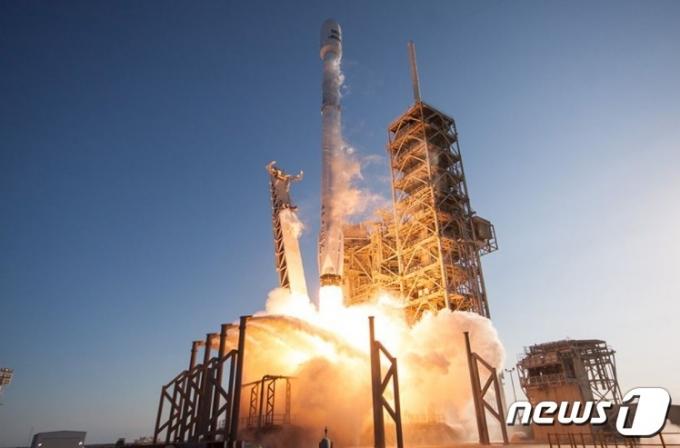 스페이스X가 우주선을 발사하는 장면