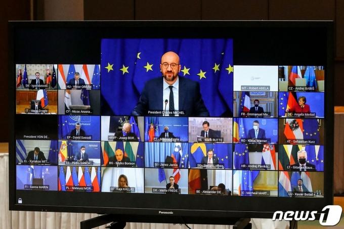 샤를 미셸 EU 정상회의 상임의장이 25일 (현지시간) 브뤼셀에서 코로나19 관련 EU 화상 정상회의에 참석을 하고 있다. © AFP=뉴스1 © News1 우동명 기자