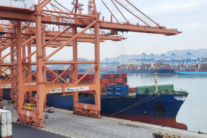 4600TEU급 컨테이너선 HMM 굿윌호가 부산 신항 HPNT에서 국내 수출기업들의 화물을 싣고 있다. /사진=HMM
