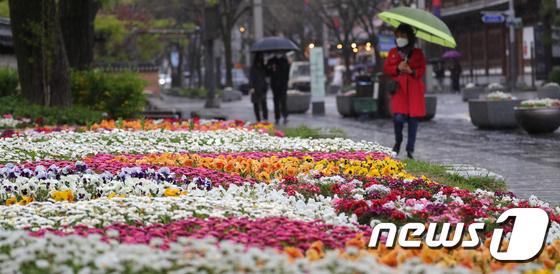 전주시 한옥마을 태조로를 지나가는 시민들이 우산을 쓰고 걷고 있다. /사진=뉴스1