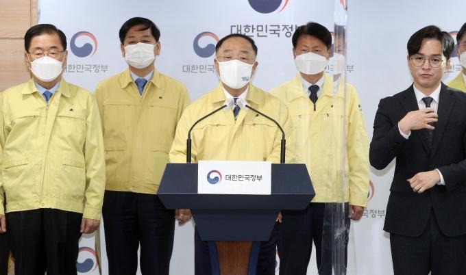 홍남기 국무총리 대행이 코로나19 백신 수급 문제와 관련 대국민 담화를 발표하고 있다.