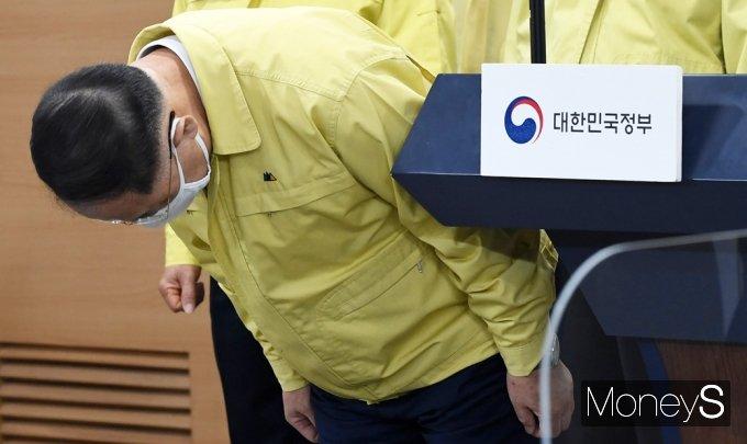 [머니S포토] 대국민앞 고개숙여 인사하는 '홍남기'