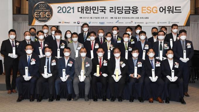 27일 서울 중구 한국프레스센터 20층 프레스클럽에서 개최된 '제1회 대한민국 리딩금융 ESG 어워드'에서 수상자들이 기념촬영을 하고 있다./사진=머니S 장동규 기자