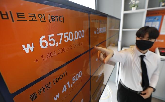 국내 비트코인 거래가격이 6500만원대로 회복한 28일 오전 서울 강남구 암호화폐 거래소 빗썸 강남 고객센터 전광판에 비트코인 등 암호화폐 시세가 표시됐다./사진=뉴시스