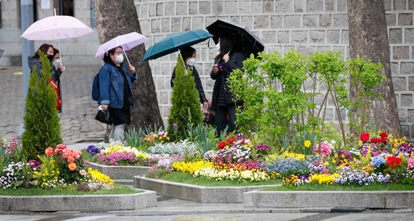 전국 곳곳에 비가 내린 16일 오후 서울 중구 덕수궁 앞에서 우산을 쓴 시민들이 지나가고 있다. /사진=뉴스1