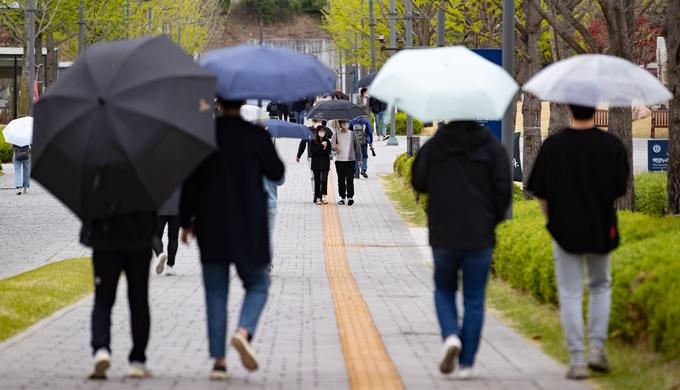 가정의달 5월의 첫날인 1일은 전국이 흐리고 곳곳에 비가 내리겠다. 기온도 다소 떨어져 춥게 느껴질 수 있다. 사진은 서울의 한 대학교. /사진=뉴스1