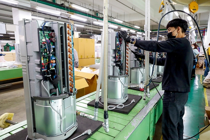 파세코 안산공장에서 직원이 창문형 에어컨을 제조하고 있다. / 사진=파세코