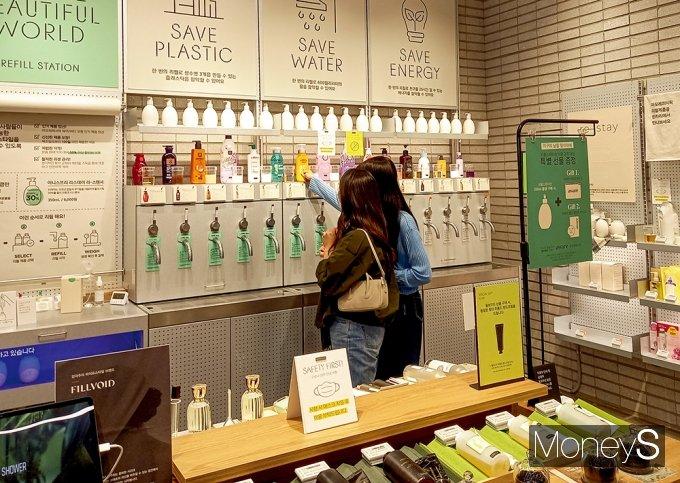 소비자들이 리필 스테이션을 둘러보고 있다. /사진=김경은 기자