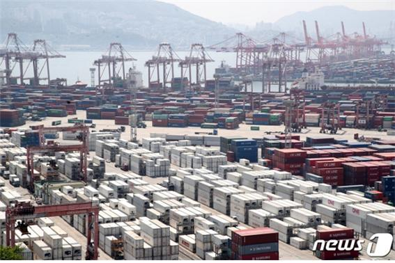 4월 수출이 전년동기대비 41% 증가했다. 21일 부산 신선대부두에 컨테이너선이 화물을 선적하고 있다/사진=뉴스1