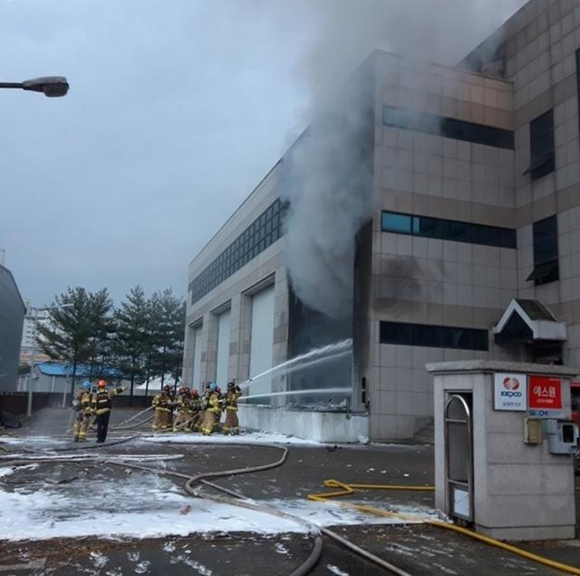 대전 동구 가오동 한국전력공사 남대전변전소에서화재가 나자 소방대원들이 진화하고 있다./사진=대전소방본부