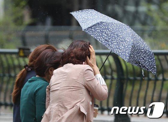 가정의 달 5월의 첫 일요일인 2일엔 전국이 흐리고 곳곳에 비가 내리다 오후부터 대부분 그치겠다./사진=뉴스1