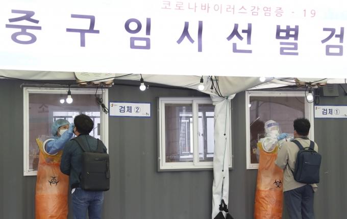 코로나19 일일 신규 확진자가 2일 0시 기준 606명으로 집계됐다. 사진은 서울 중구 서울역광장에 마련된 코로나19 임시선별진료소. /사진=권현진 뉴스1 기자