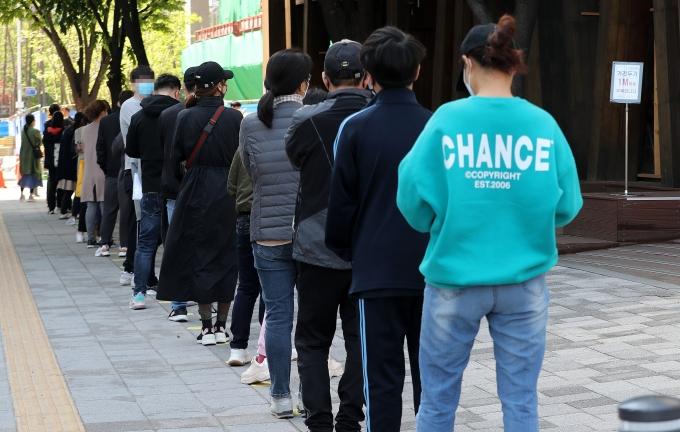 코로나19 신규 확진자가 2일 0시 기준 606명 발생했다. 사진은 2일 서울 송파구보건소에 마련된 코로나19 선별진료소에서 시민들이 검사를 기다리는 모습. /사진=박세연 뉴스1 기자