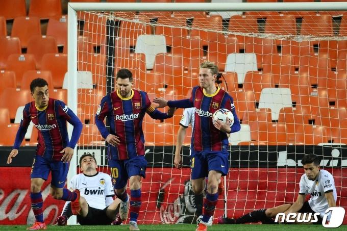 멀티골을 기록한 바르셀로나의 리오넬 메시(가운데) © AFP=뉴스1