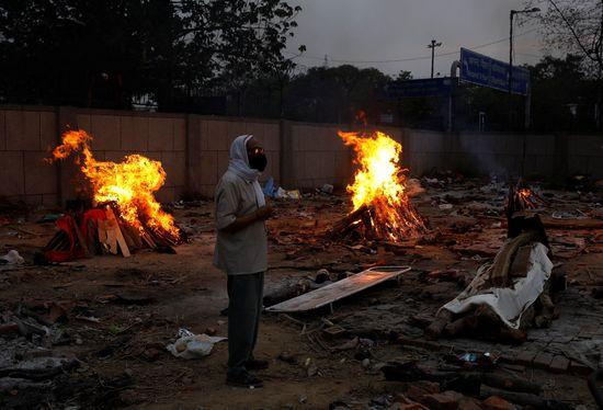 인도의 일일 코로나19 확진자 수가 40만명을 넘은 가운데 나렌드라 모디 총리에게 비난의 화살이 쏟아지고 있다. 사진은 인도 뉴델리 화장터. /사진=로이터