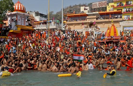 모디 총리는 코로나19에도 불구하고 힌두교 축제인 '쿰브멜라'를 몇 주간 개최하는 것을 허용했다. 사진은 인도 사람들이 마스크도 쓰지않은 채 갠지스강에  들어가는 모습. /사진=로이터(하르드와르)
