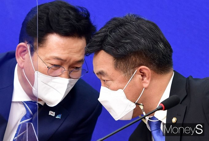 [머니S포토] 송영길·윤호중, 귀엣말 나누는 민주당 투톱