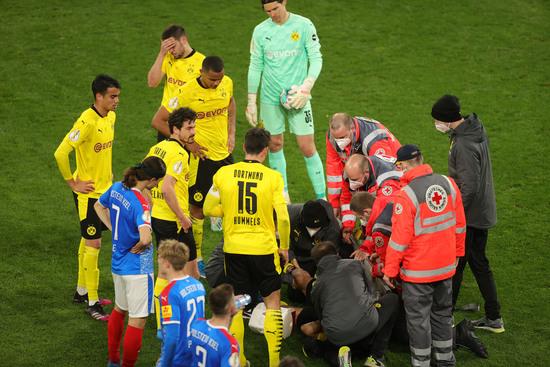 도르트문트와 홀슈타인 킬 선수들이 지난 2일 오전(한국시각)에 열린 독일축구협회컵(DFB포칼) 4강전 도중 마테우 모레이가 부상을 당하자 걱정스러운 표정으로 지켜보고 있다. /사진=로이터