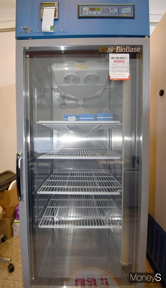 [머니S포토] 전용 냉장고에 보관된 화이자 백신
