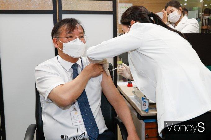 [머니S포토] AZ 코로나19 백신 맞는 강도태 차관