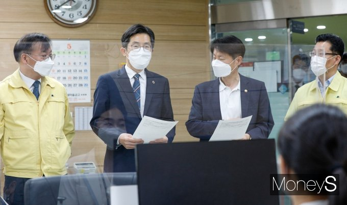 [머니S포토] 문진표 든 이필수 의협회장과 김강립 식약처장