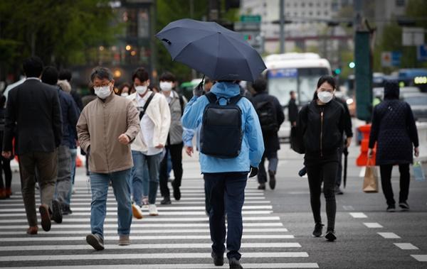서울 시민들이 우산을 쓰고 거리를 걷고 있다. /사진=뉴스1