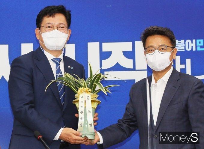 [머니S포토] 청와대 축하난 받은 송영길 민주당 대표