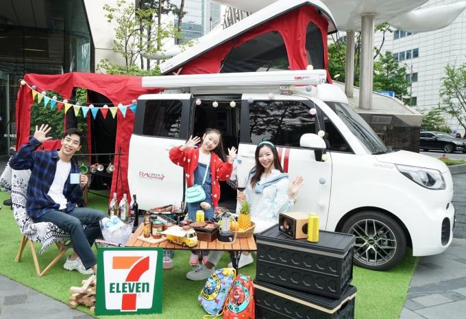 세븐일레븐은 국내 최대 RV사 배이런알브이그룹의 에프에프캠핑카와 손잡고 실용성과 활용성을 두루 갖춘 캠핑카 2종을 이달 말까지 판매한다. /사진=세븐일레븐