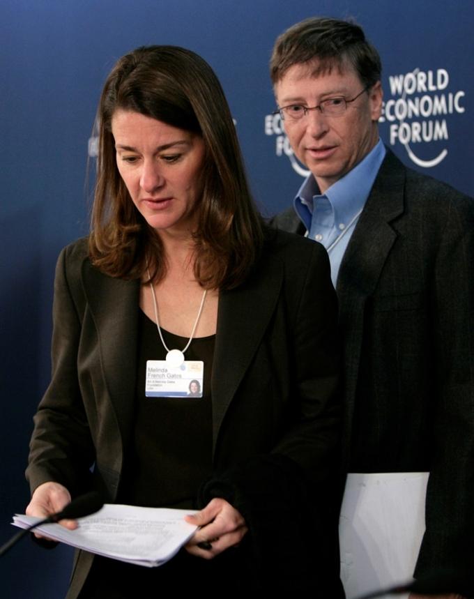 MS의 공동창업자인 빌 게이츠(오른쪽)가 지난 3일 자신의 트위터에 부인 멀린다 게이츠(왼쪽)와 27년 결혼생활을 끝내고 이혼을 결정했다는 글을 게재했다. /사진=로이터
