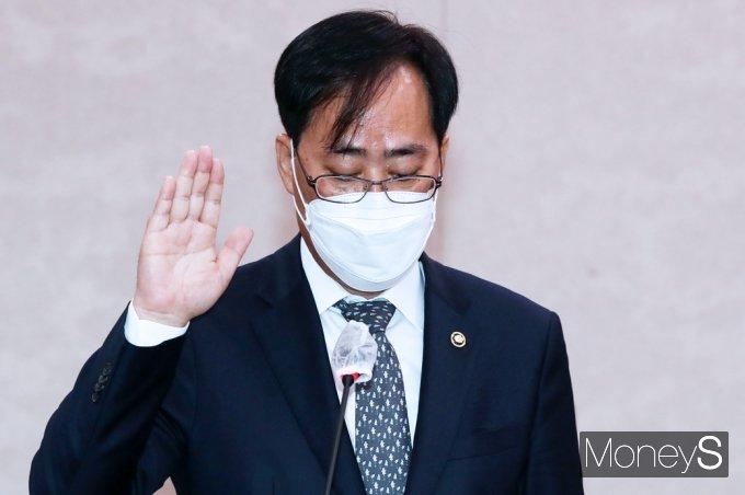 [머니S포토] 해수부 장관 후보자 선서하는 '박준영'