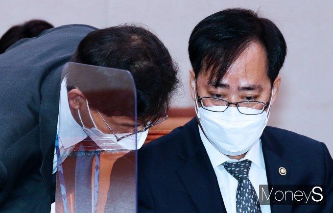 [머니S포토] 해수부 장관 후보자 인사청문회, 의견 나누는 '박준영'