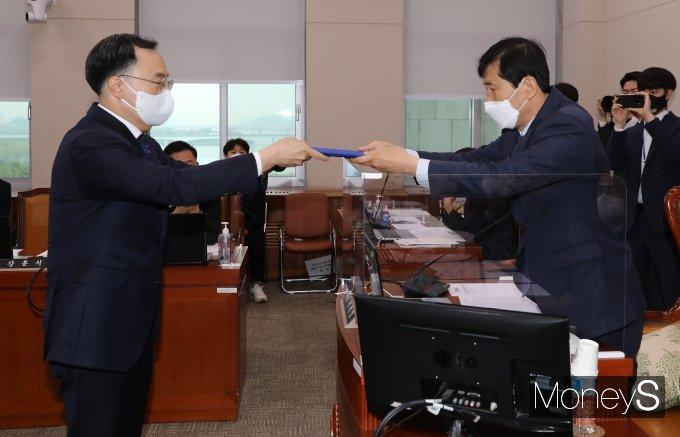 [머니S포토] 이학영 위원장에게 선서문 전달하는 문승욱 장관 후보자