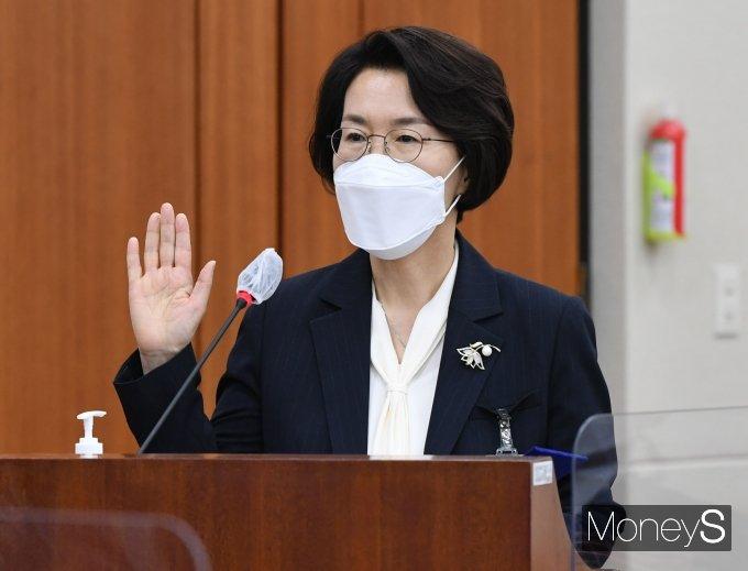 [머니S포토] 선서하는 임혜숙 과학기술정보통신부 장관 후보자