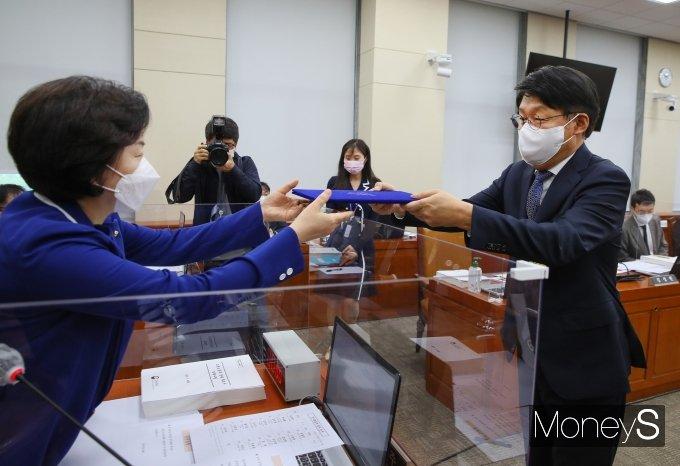 [머니S포토] 선서문 제출하는 안경덕 장관 후보