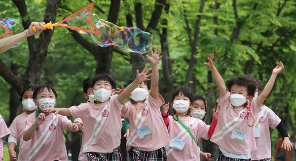 어린이날을 하루 앞둔 4일 대전 서구 보라매공원에서 어린이집 원생들이 비눗방울 놀이를 하고 있다. /사진=뉴스1