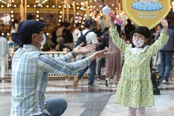 어린이날을 하루 앞둔 4일 오후 서울 송파구 잠실동 롯데월드 어드벤처에서 한 어린이가 아빠와 함께 즐거운 시간을 보내고 있다. /사진=뉴스1