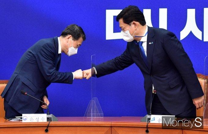 [머니S포토] 부동산 현황 점검, 인사 나누는 송영길-은성수