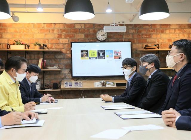 지난해 공유기업 1호로 선정된 VS커뮤니티의 도서관플러스 시연회가 최대호 시장(왼쪽 첫번째)과 관계자들이 참여한 가운데 진행되고 있다. / 사진제공=안양시