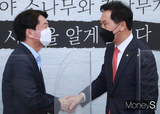 [머니S포토] 국민의힘 김기현 맞이하는 국민의당 안철수
